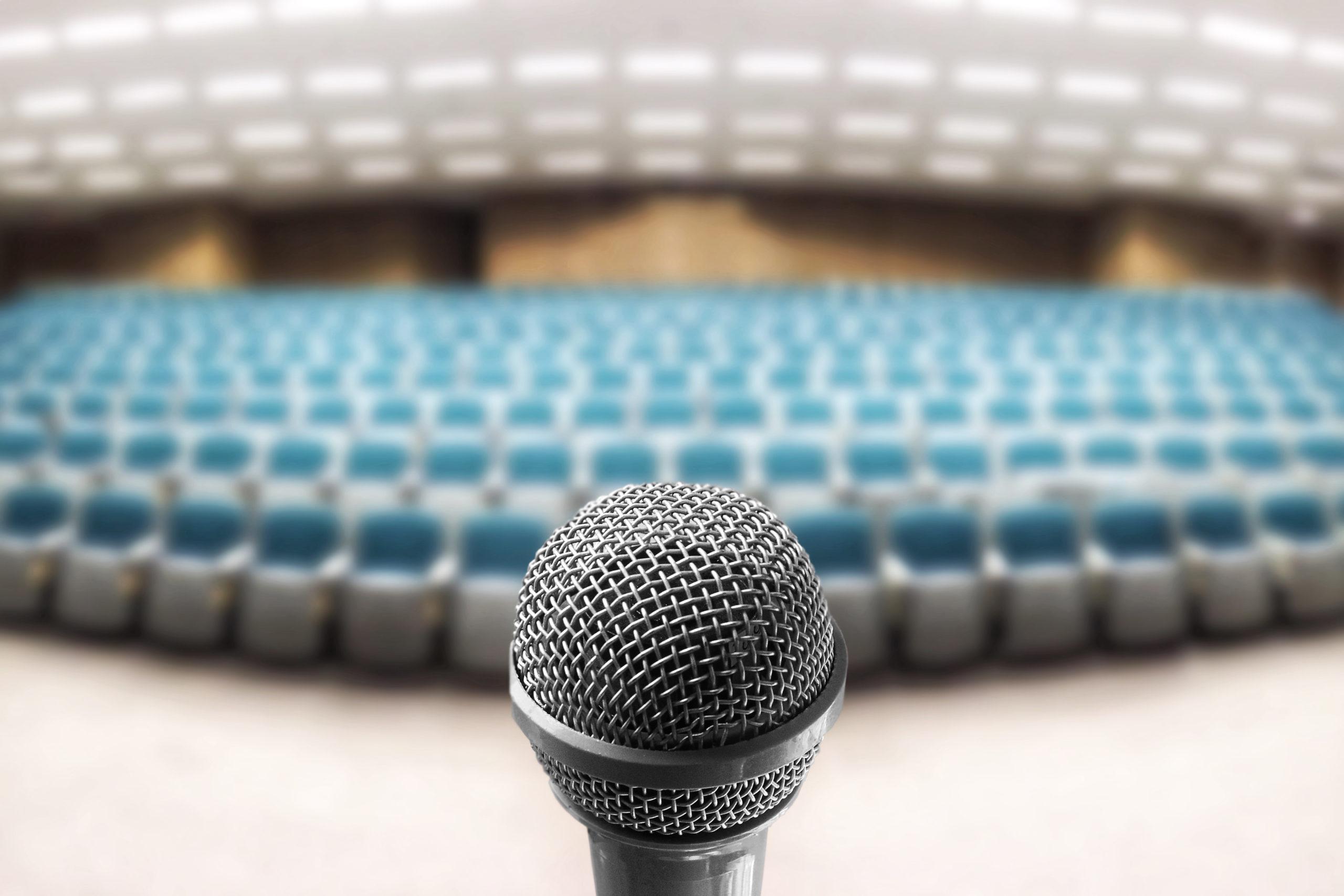 lege zaal met microfoon